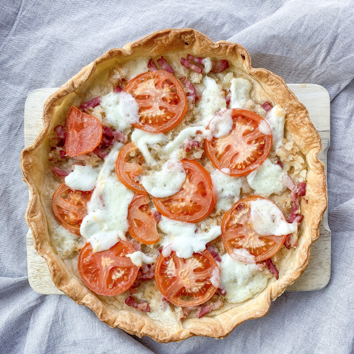 Tarte oignons, lardons, tomates et mozzarella